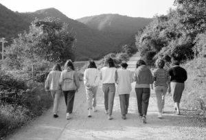 Camerata 1991, sette ragazze con la committente pregano