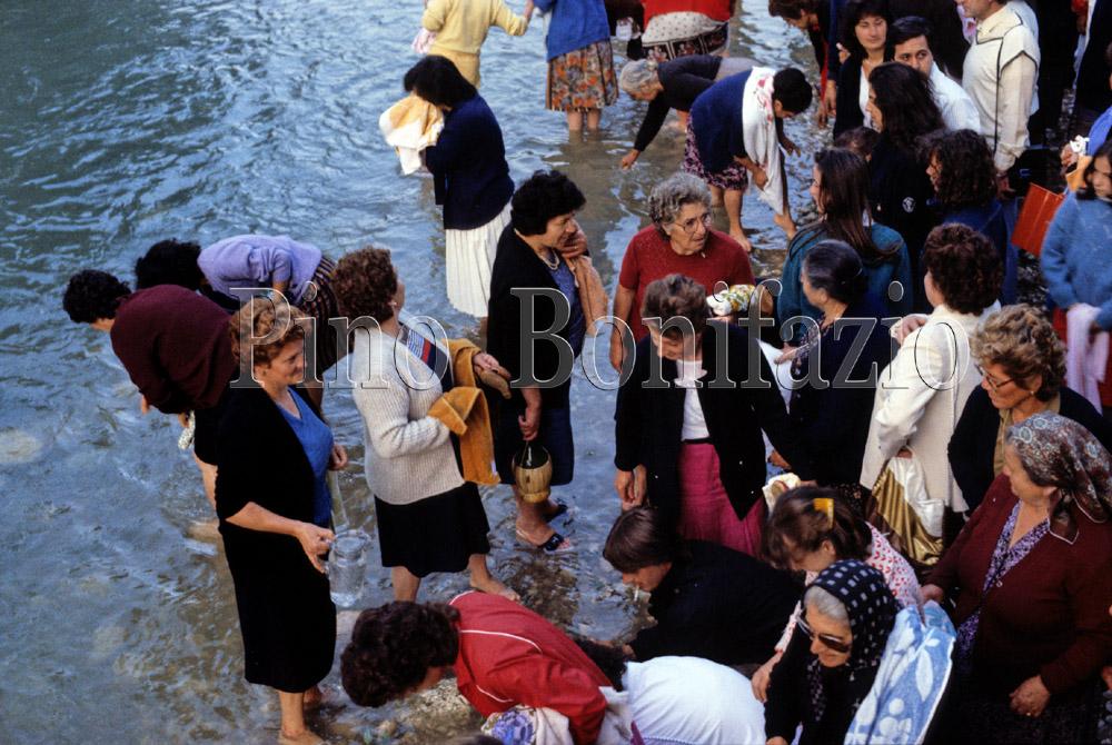Bagno rituale nel Liri. Civitella Roveto (AQ), 24 -6-1984.