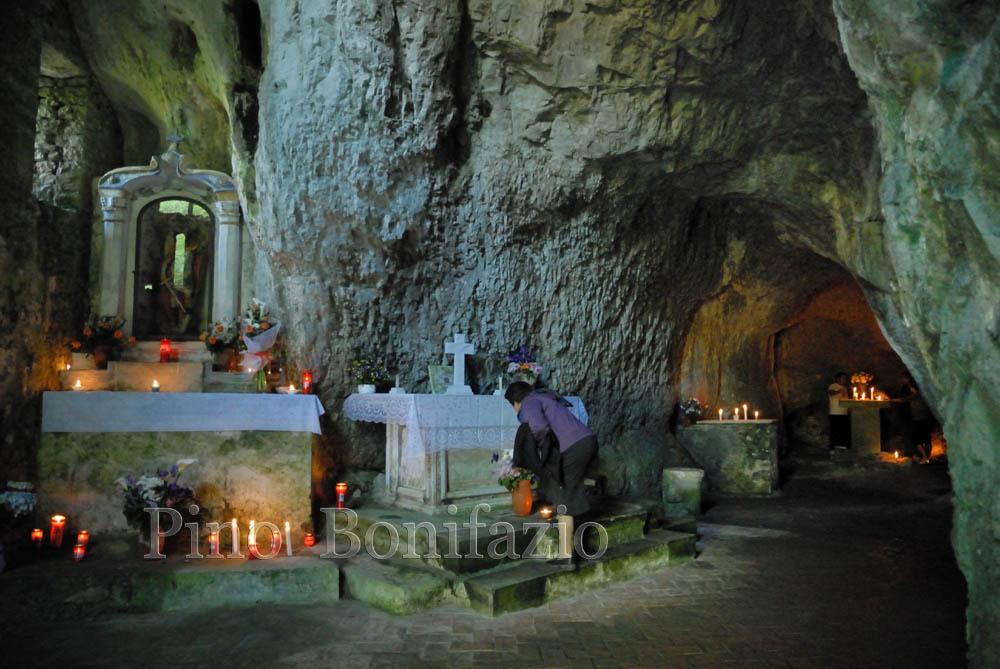 Grotta di San Michele Arcangelo. Montorio in Valle di Pozzaglia Sabina (RI), 9-5-2009.