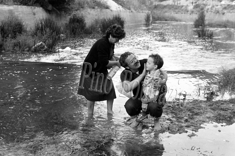 Abluzioni nell'acqua del Liri. Civitella Roveto (AQ) 24-6-1985.