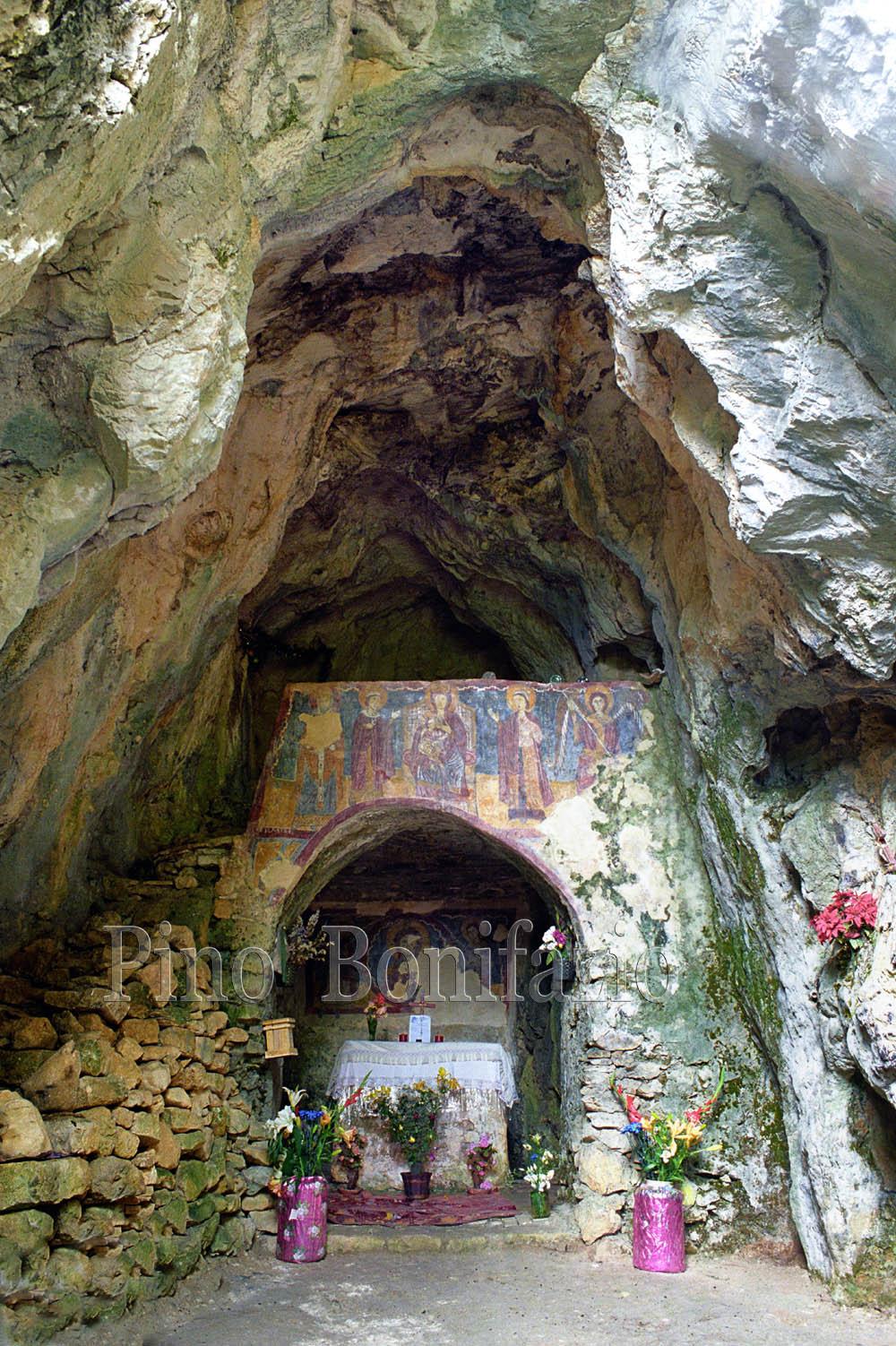 Grotta di San Michele Arcangelo di Colli di Monte Bove (AQ).
