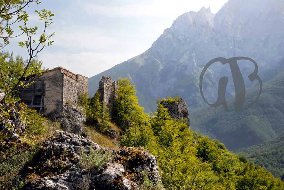 Ruderi del castello di Pagliara, IX sec.  Sullo sfondo il versante nord del Gran Sasso