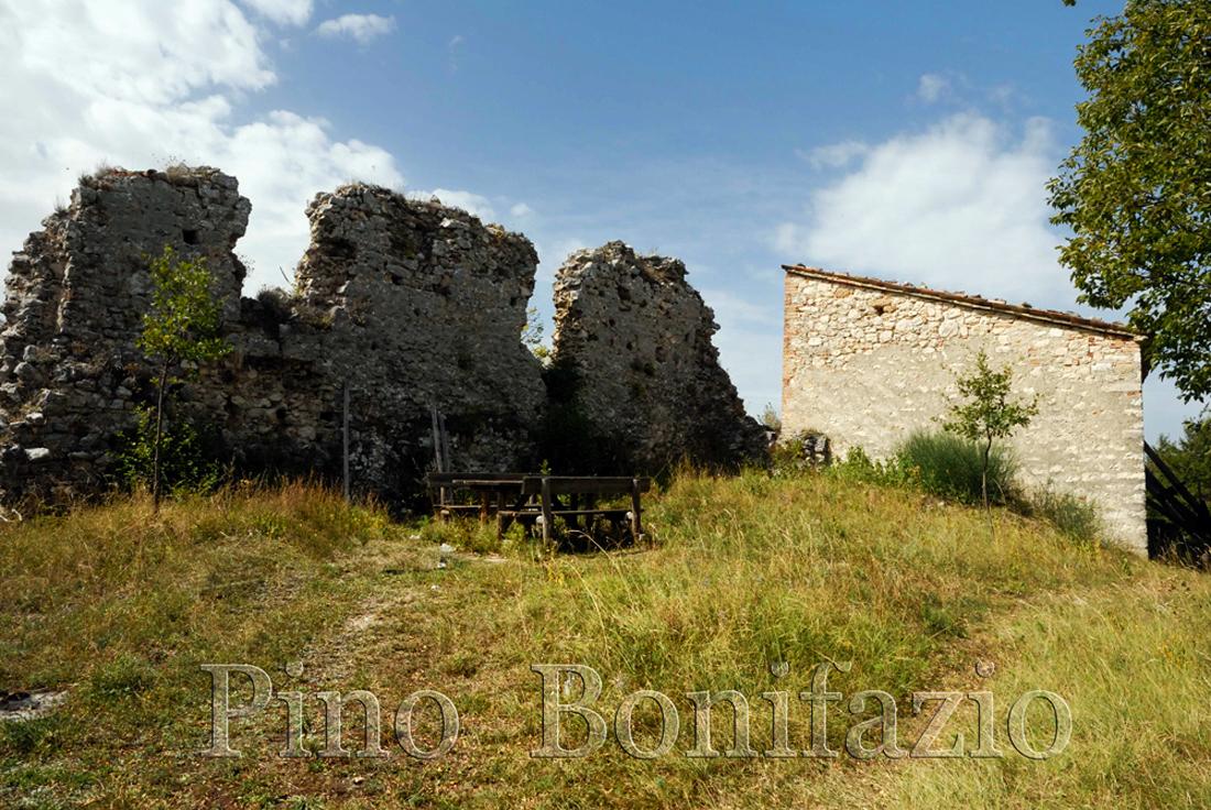 Ruderi del castello di Pagliara,  IX sec. con la chiesetta di Sante Marie di Paliaria in fondo