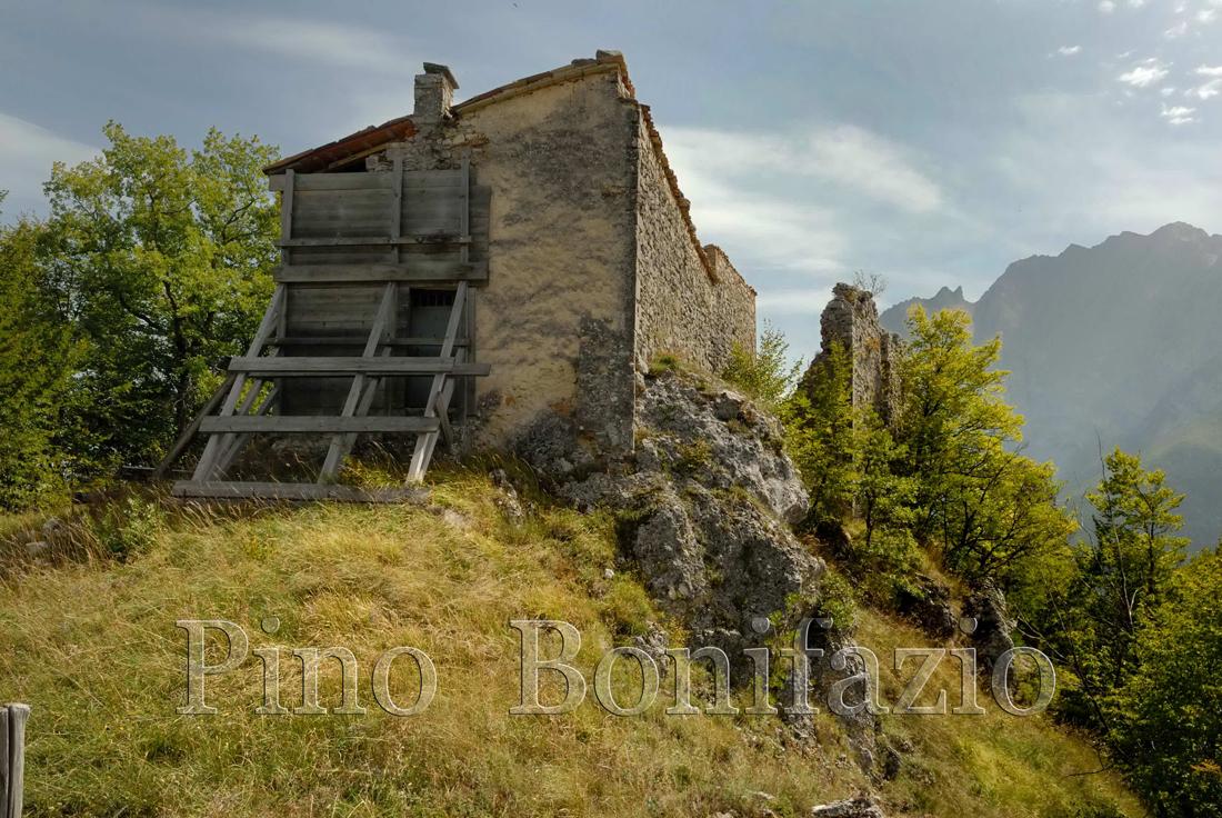 Ruderi del castello di Pagliara  ed eremo di S.M. di Paliaria rovinato dal sisma del 2009.