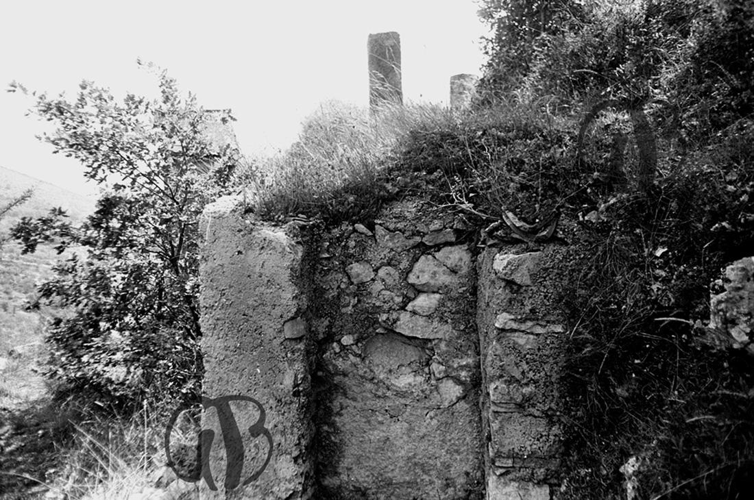 Raiano 18-5-1979, vicino l'eremo di S. Venanzio. Piccola nicchia dove i devoti inserivano testa e gomiti per la cura di cefalee e artriti.
