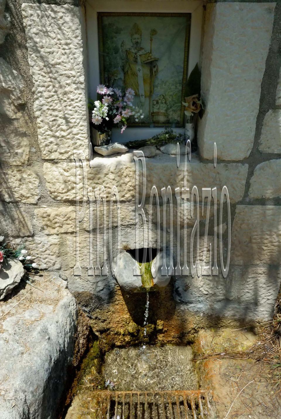 Fonte dell'acqua santa vicino l'eremo di San Nicola. Si ritiene abbia proprietà benefiche per la cura del mal di testa
