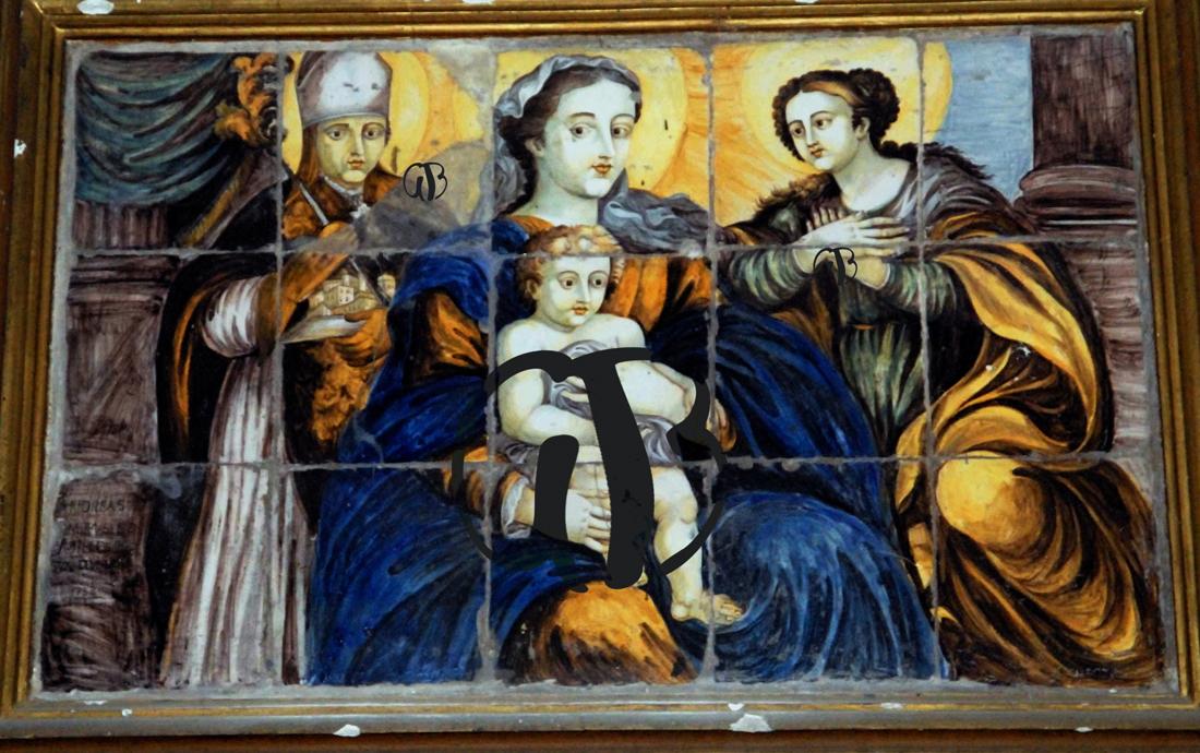 Madonna col Bambino e ai lati San Berardo e Santa Colomba. Pala d'altare di formelle maiolicate di Castelli del 1753,come si legge in basso a sinistra.