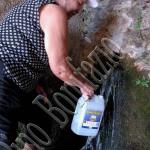 121- Prelievo di acqua di San Franco. Spesso si porta agli ammalati