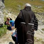 Ritorno in convento con bottiglie di acqua di S. Franco