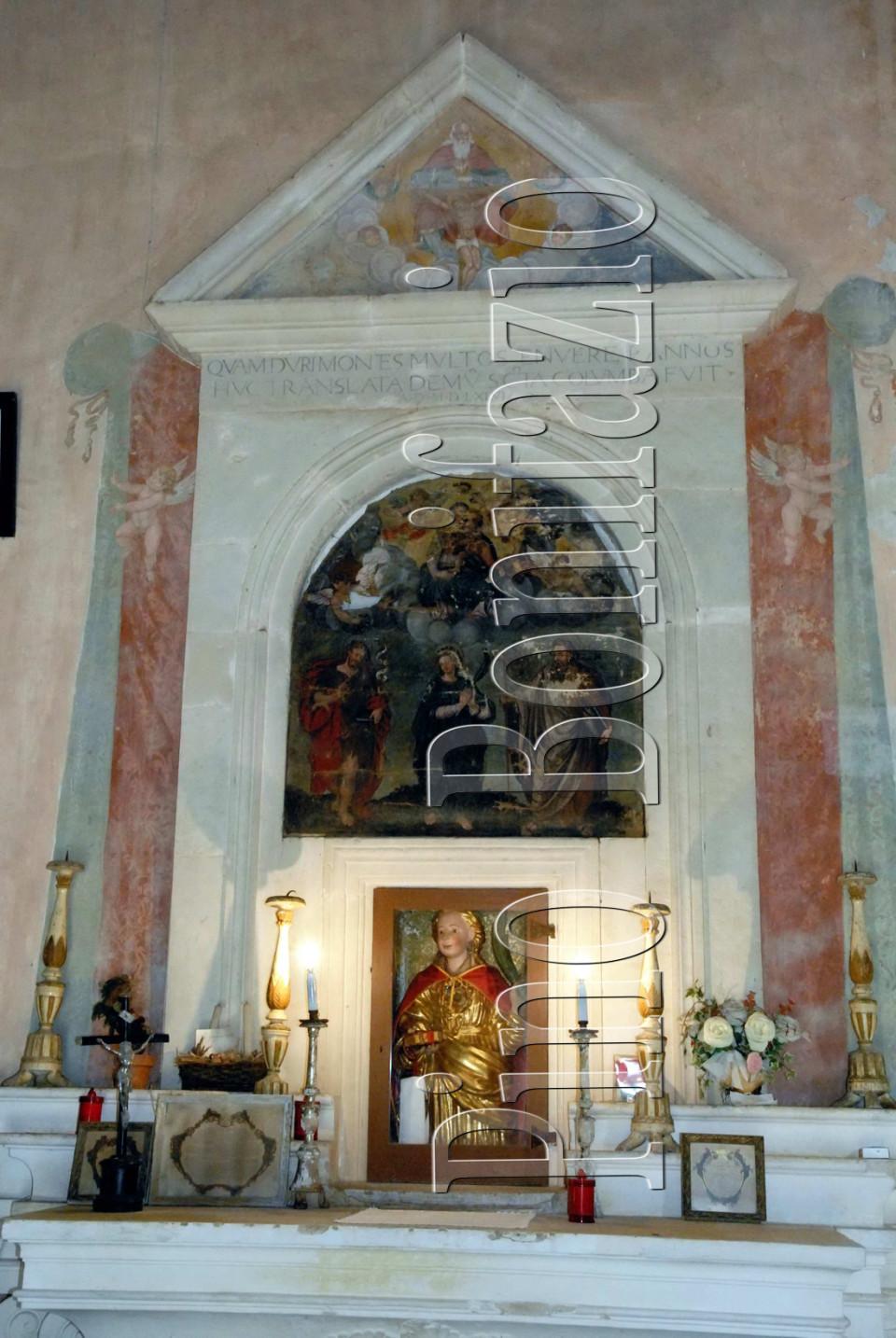 L'altare di S.Colomba con il dipinto che, stando a quanto ci è giunto, la ritrae per la prima volta. Al di sotto si vede il busto reliquiario del XVII sec.