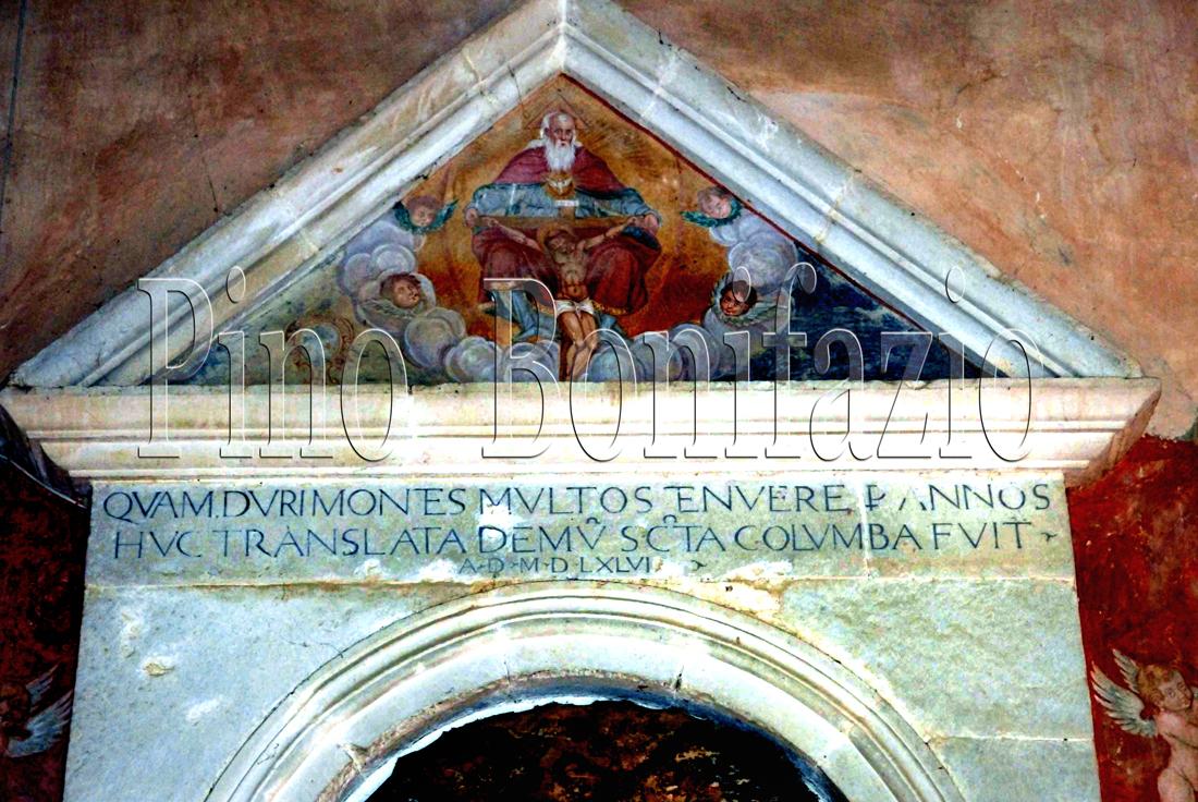 Epigrafe attestante la traslazione nel 1596 delle reliquie di S.Colomba dall'eremo montano alla presente chiesa di Santa Lucia, dove tuttora riposano.