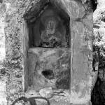 Raiano 18-5-1979, vicino l'eremo di S. Venanzio. Piccola nicchia in una edicola ove i devoti inserivano testa e gomiti per la cura di cefalee e artriti.