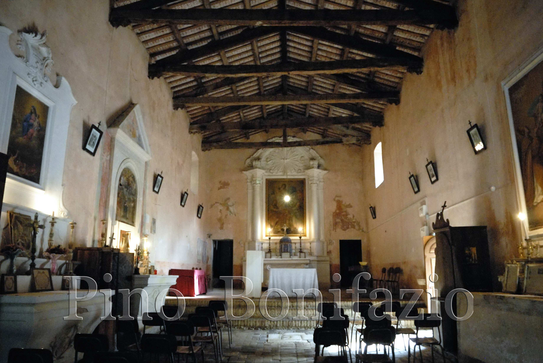 Interno della chiesa di Santa Lucia nel borgo S. Lucia di Isola del Gran Sasso (TE)