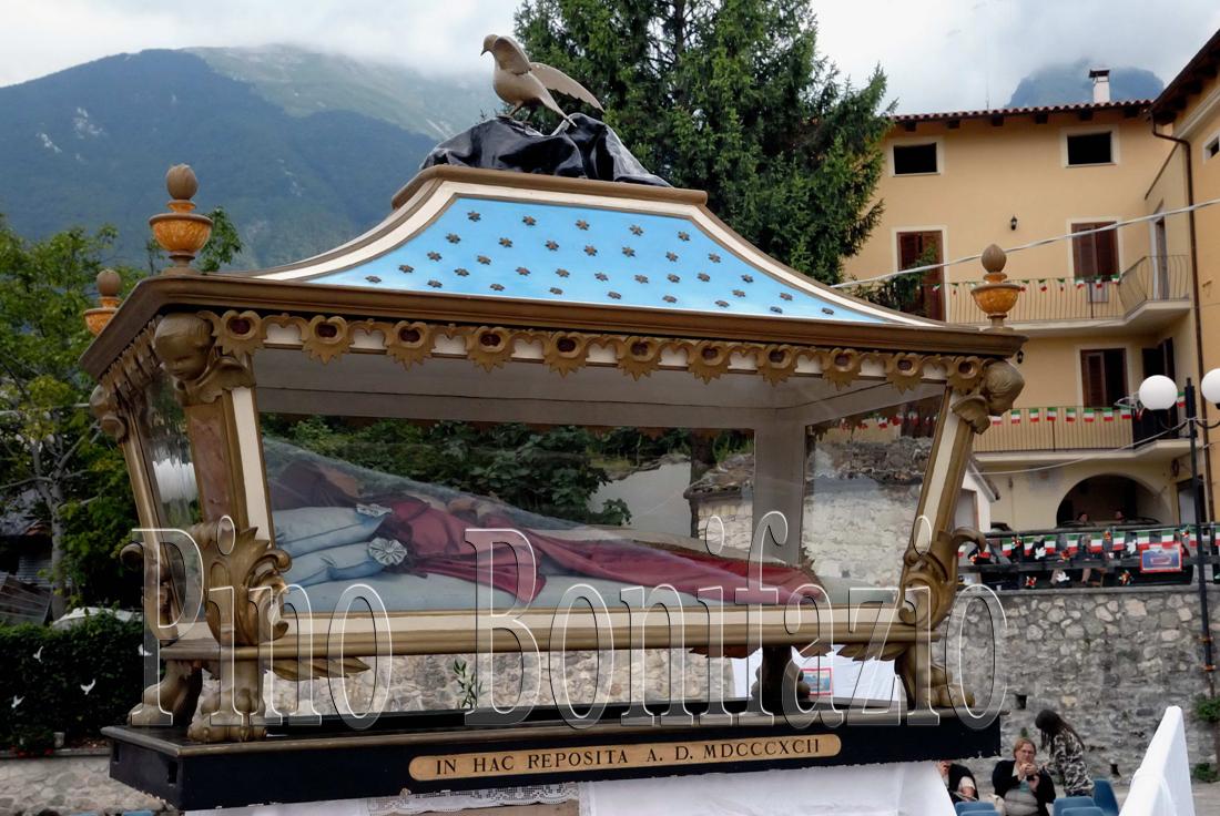 Pretara (TE). L'urna con la statua in di Santa Colomba