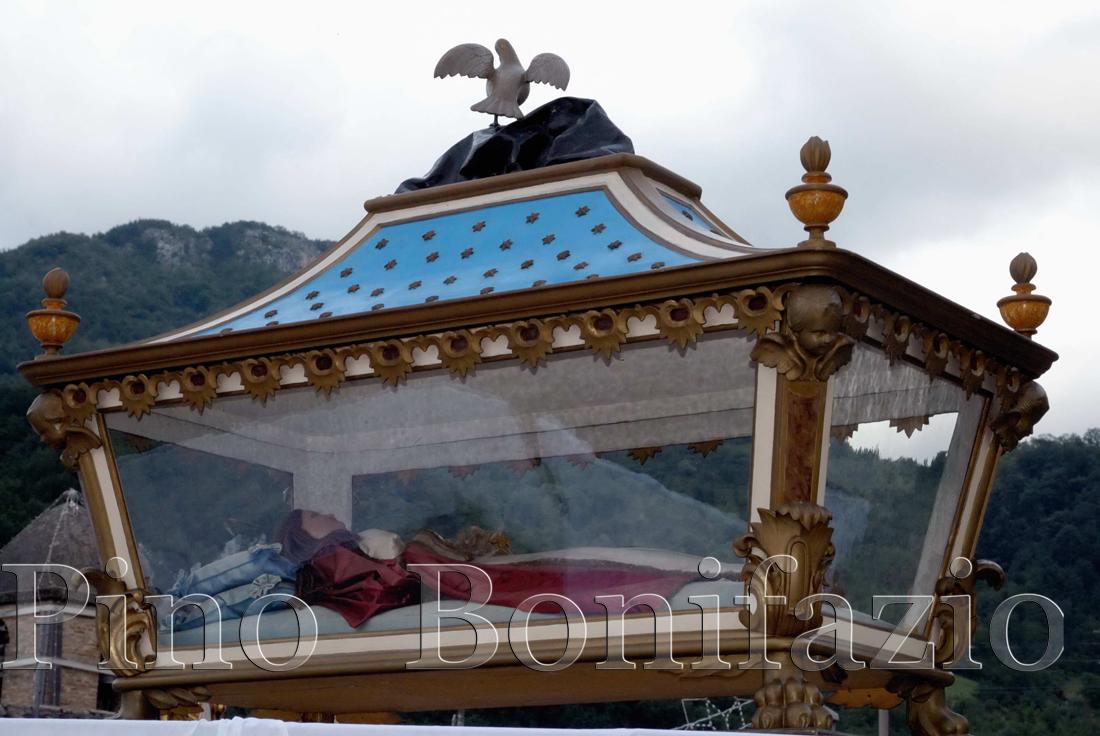 Pretara (TE). L'urna con la statua di Santa Colomba