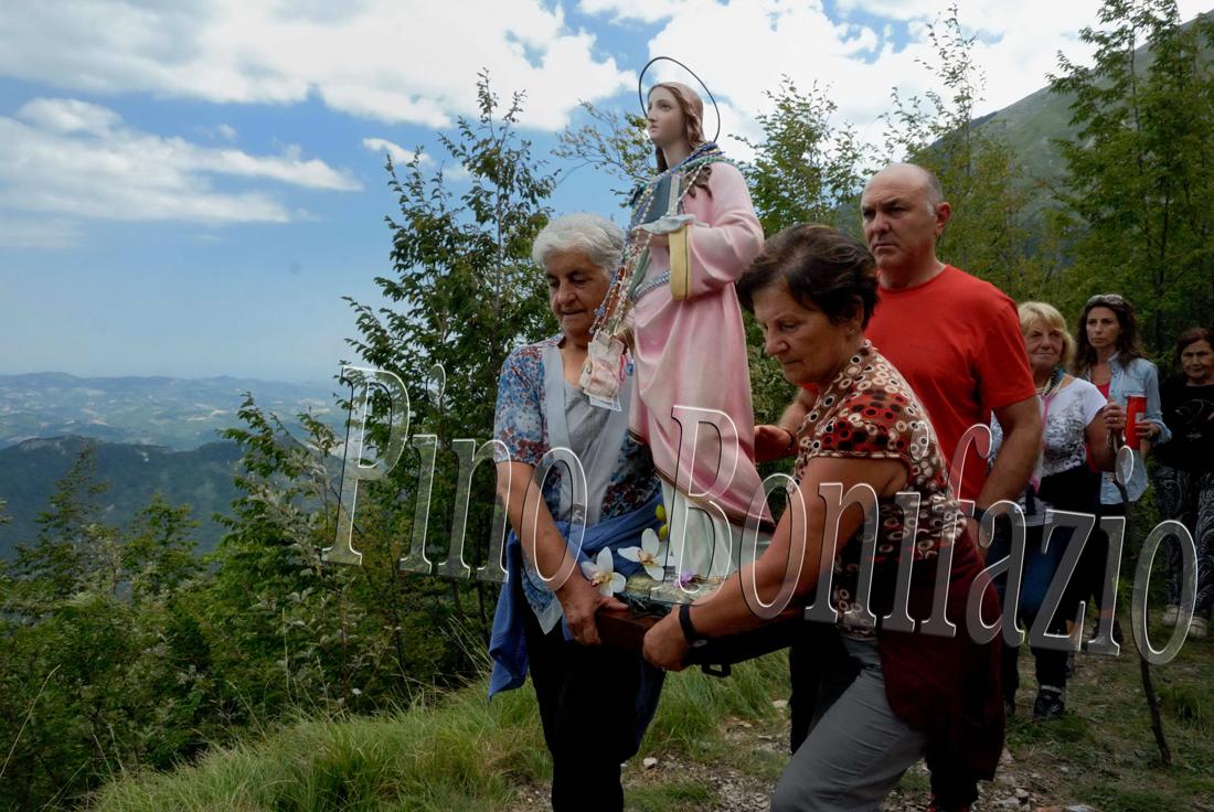 Eremo di S. Colomba. I fedeli si alternano a portare la statua.