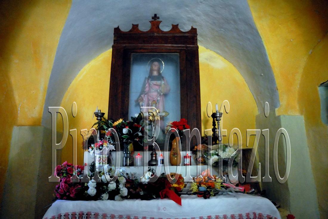 Altare dell'eremo di Santa Colomba.