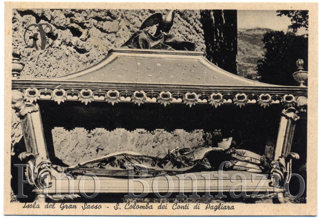 La cartolina degli anni 1940 mostra l'urna di S. Colomba pressoché uguale a come è oggi.