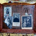 Eremo di S. Colomba, Ex voto. Tra i santini compare quello della Madonna della Speranza, un prototipo iconografico replicato in serie pressoché identiche.