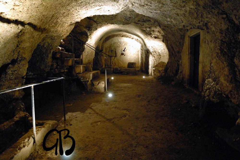 San Vittorino (AQ) catacomba con cavità litoterapica  per il mal di testa.