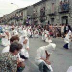 Guardia Sanframondi 1996  in ginocchio all'uscita dell' Assunta