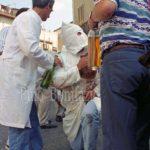 Guardia Sanframondi 1996 penitenti in ginocchio davanti all'Assunta