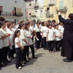 Guardia Sanframondi 1996   Don Sergio Sergi  dirge il coro del rione Piazza